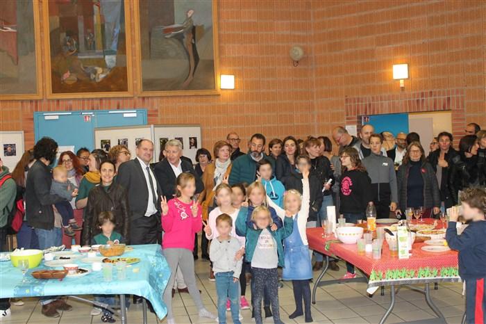 La grande famille des Amapiens lors de la fête des 10 ans à Veneux