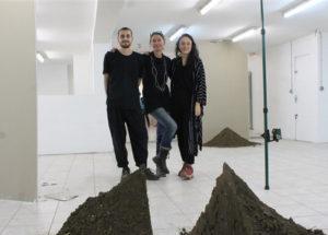 Virginie Prokopowicz entourée de Julia Gault et Raphaël Maman à l'espace de création Le Mur